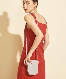 BY∴ 皮革有蓋式扭結背帶肩背包